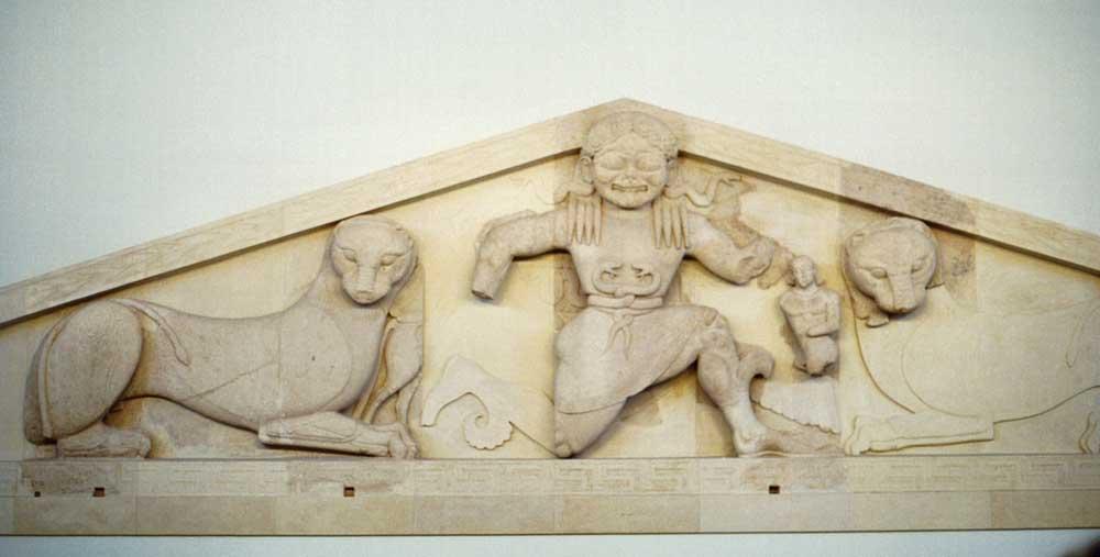 Храм Артемиды фронтон с изображением Медузы Горгоны