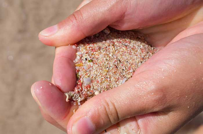 Пляж с песком розового цвета в Греции