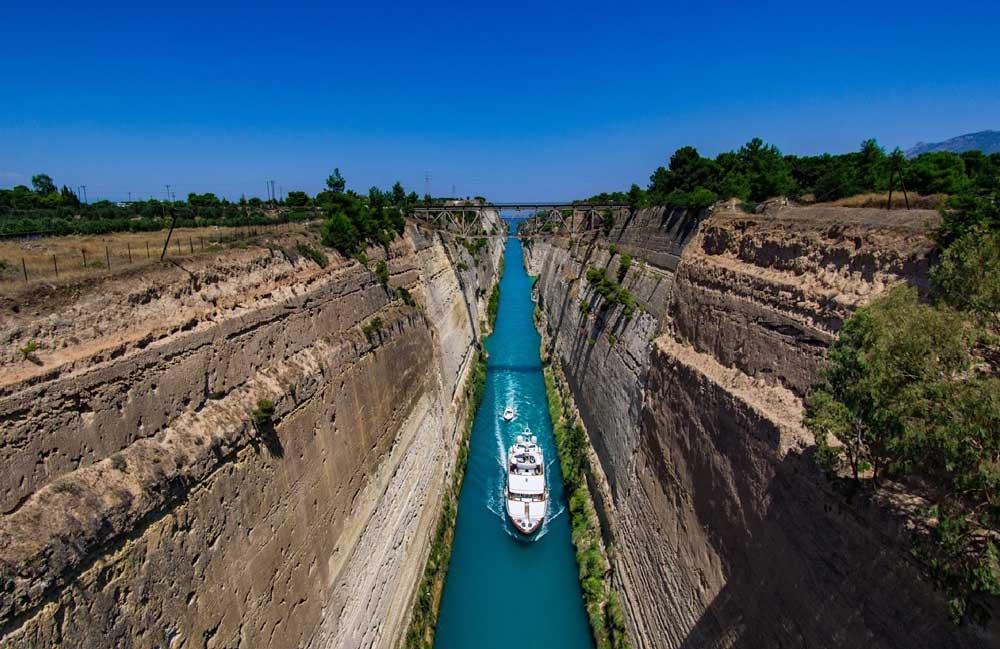 Корабли в Коринфском канале