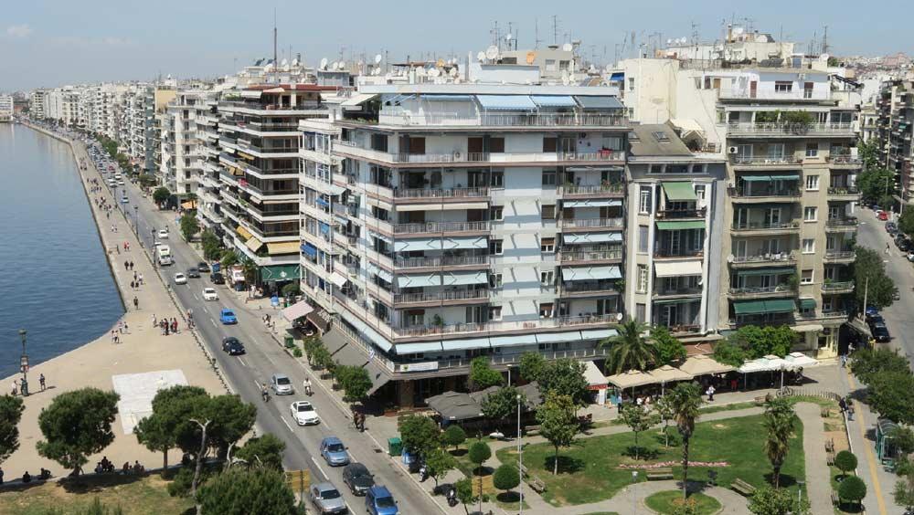 Вид с белой башни Салоник на набережную и город