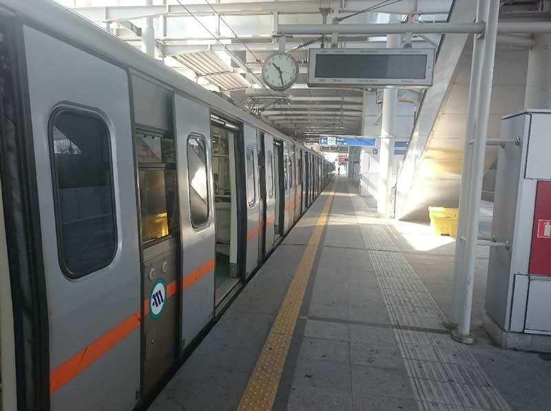 Поезд метро в аэропорту Афин