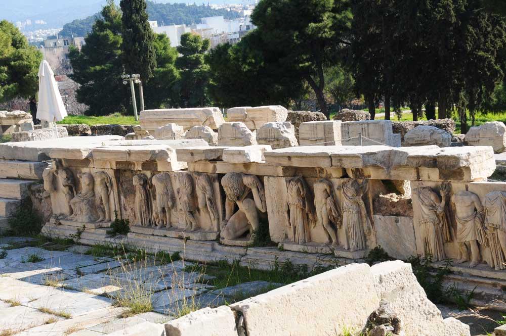 Скульптуры Театра Диониса