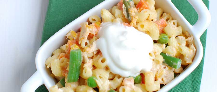 Паста с овощами и соусом из греческого йогурта