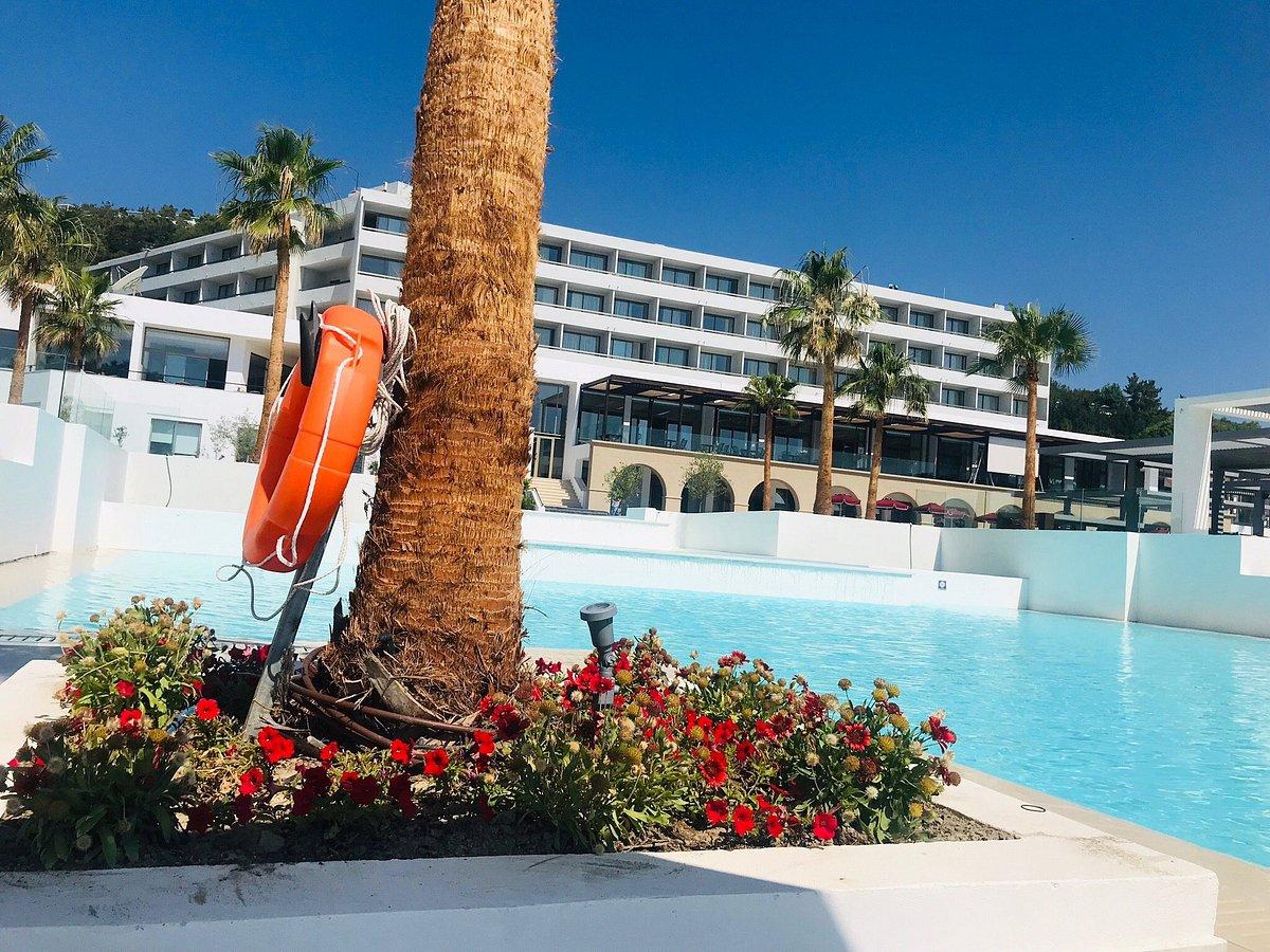 Вид на отель Grecotel Rhodos Royal со стороны бассейна