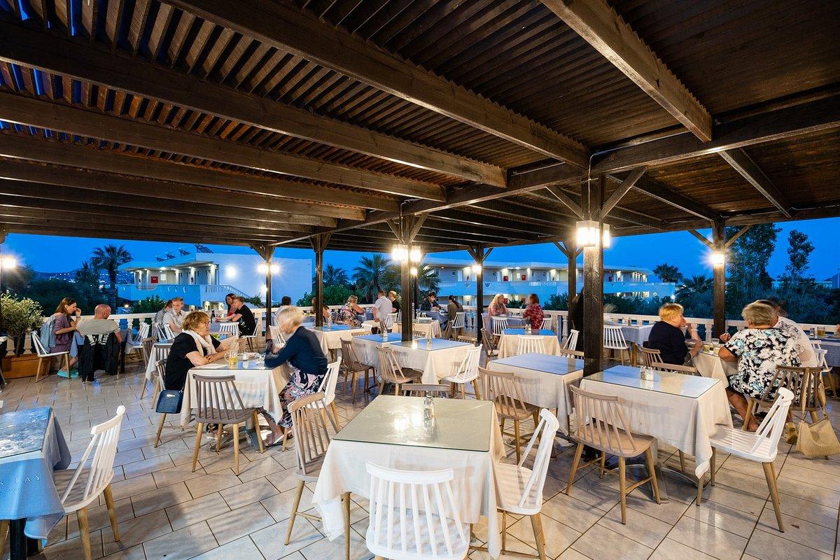 Ресторан на территории отеля lardos bay 3