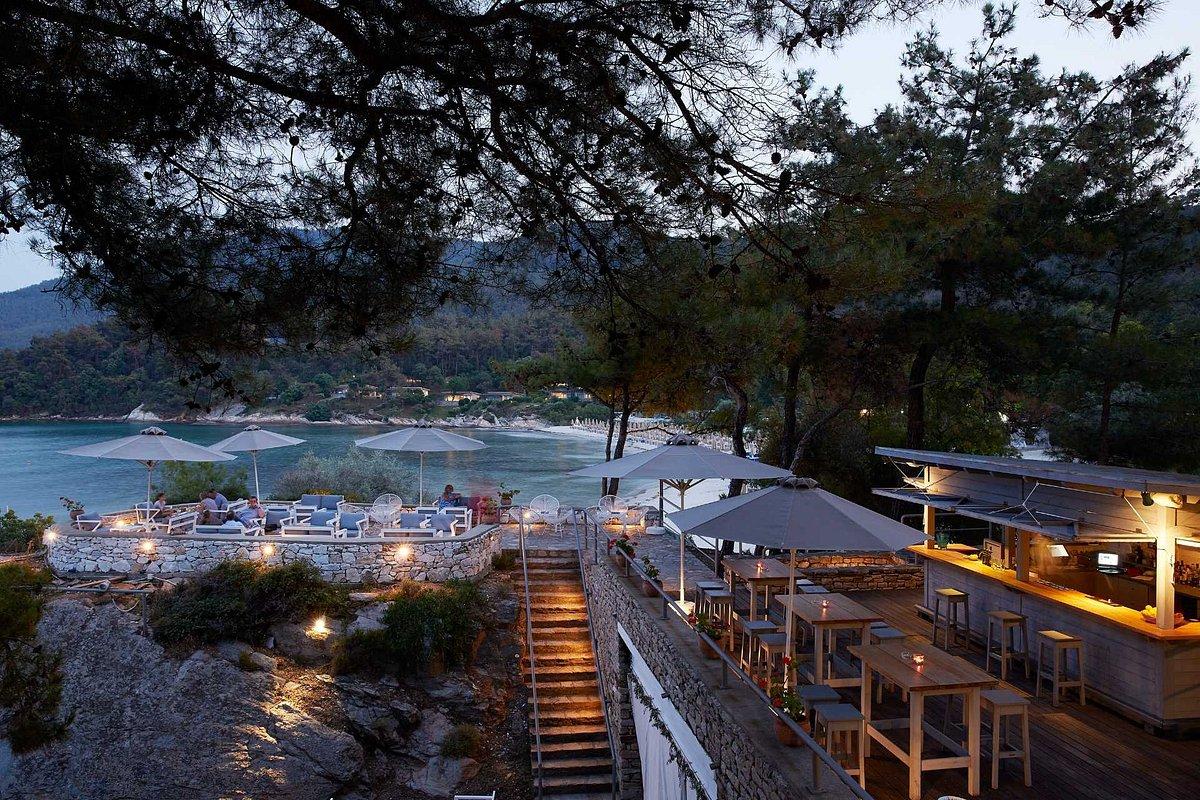 Вечерний бар на территории отеля